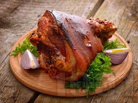 Печен свински джолан (с кожа) с бира и чесън на фурна по баварски - снимка на рецептата